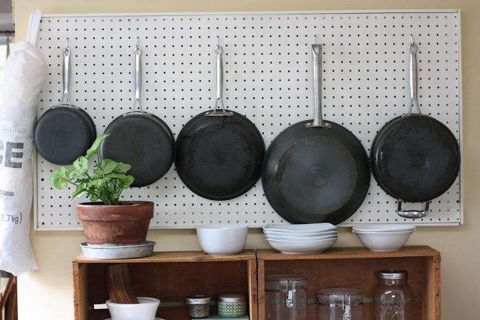 700_julia-child-inspired-kitchen-pegboard-02