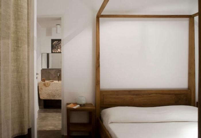 700_minimal-bedroom-in-modern-house-in-italy-modern-canopy-bed