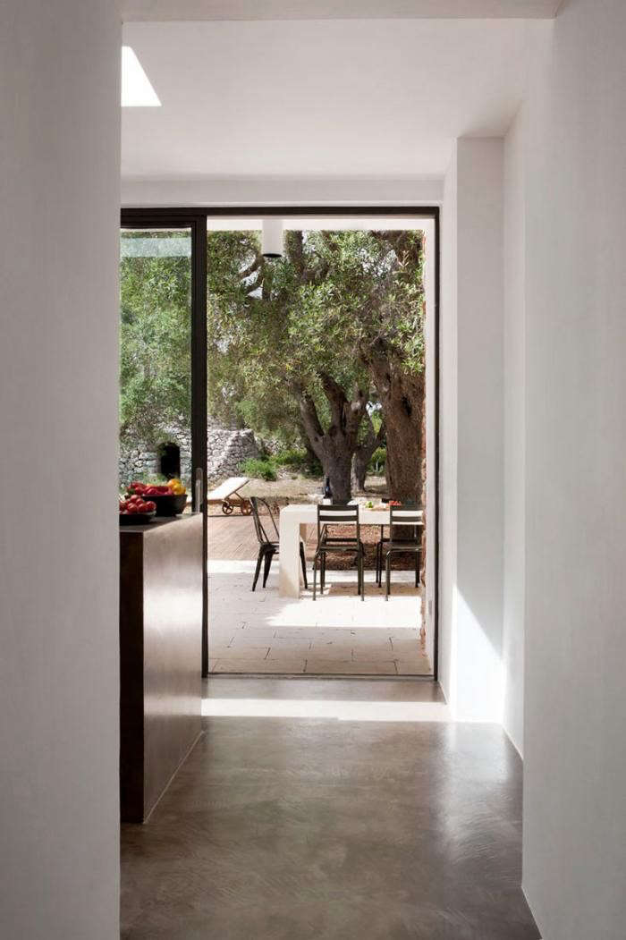 700_modern-house-concrete-floors-white-walls-in-italy