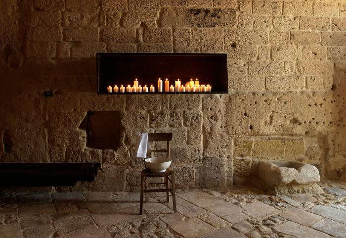 700_sextantio-hotel-in-italy-with-candles-in-box-on-wall