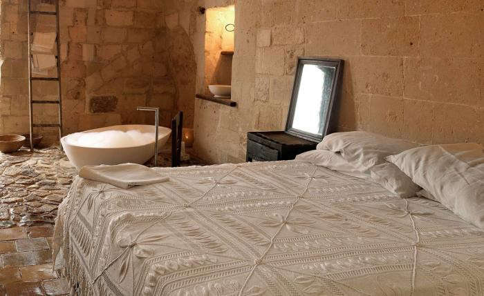 700_sextantio-hotel-in-italy-with-white-crochet-blanket