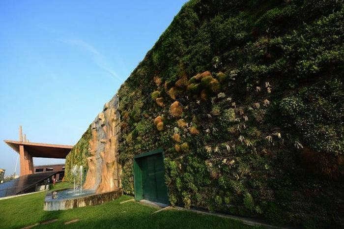 700_world-s-biggest-vertical-garden-in-milan-italy