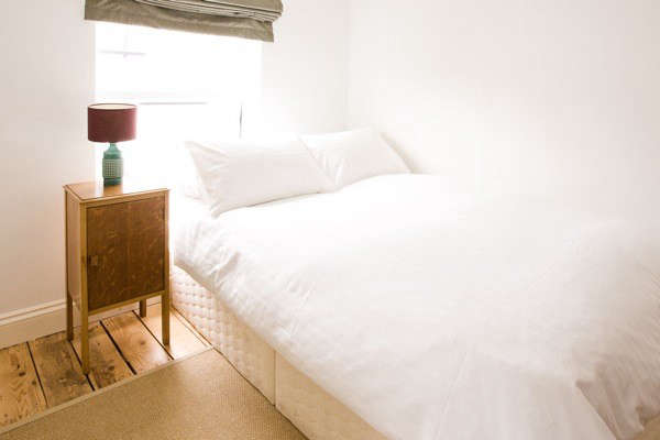 russells-white-bedspread