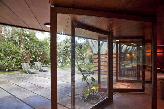 700_john-lautner-house-hinged-doors-to-patio