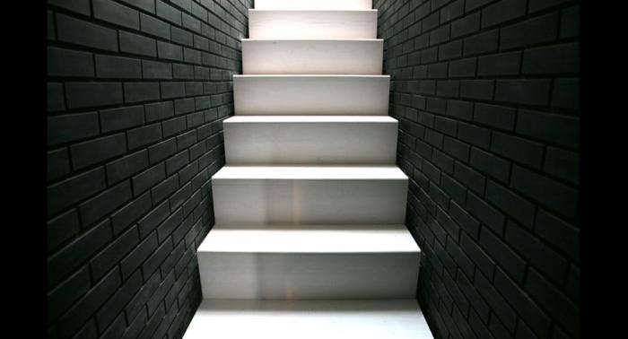 700_minimalist-black-and-white-staircase