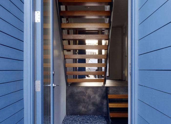 700_schwartz—architecture-wood-stair-with-blue-siding