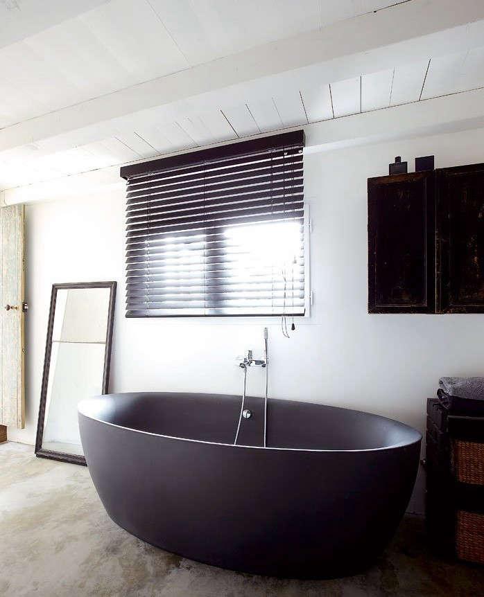 black-bathtub-spoon
