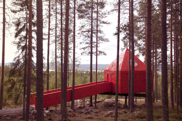 640_red-treehouse-sweden-2