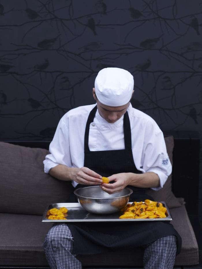 700_1de-kas-staff-peeling-fruit