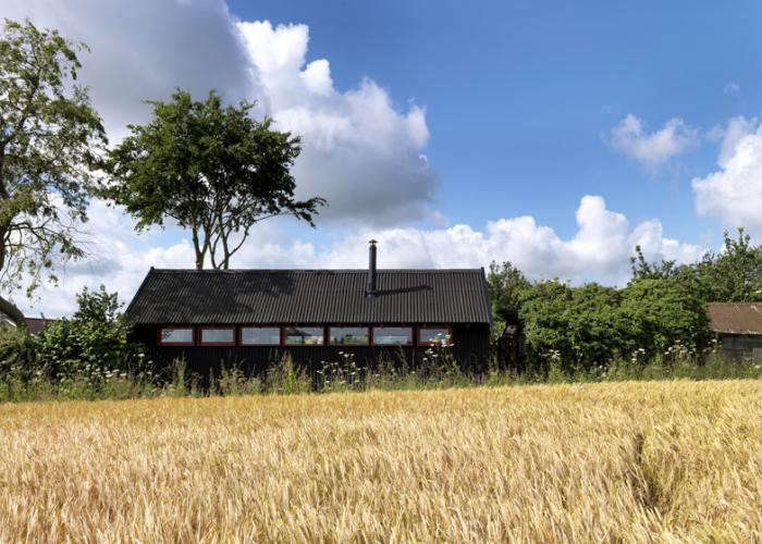 700_black-barn-studio-in-field-threefold-architects