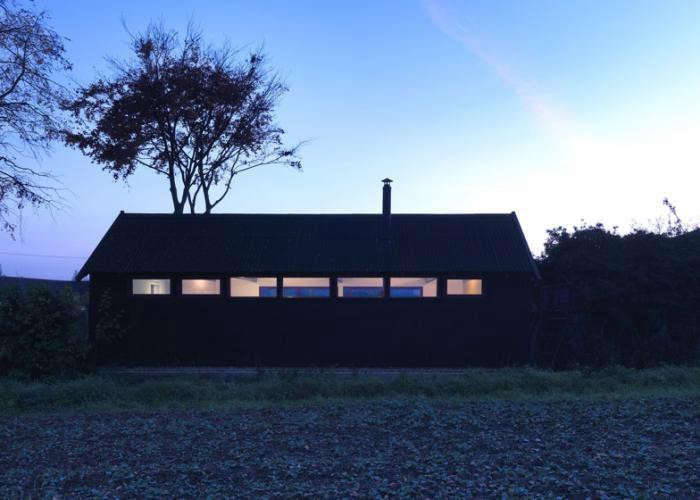 700_black-studio-barn-at-night-by-threefold-architects