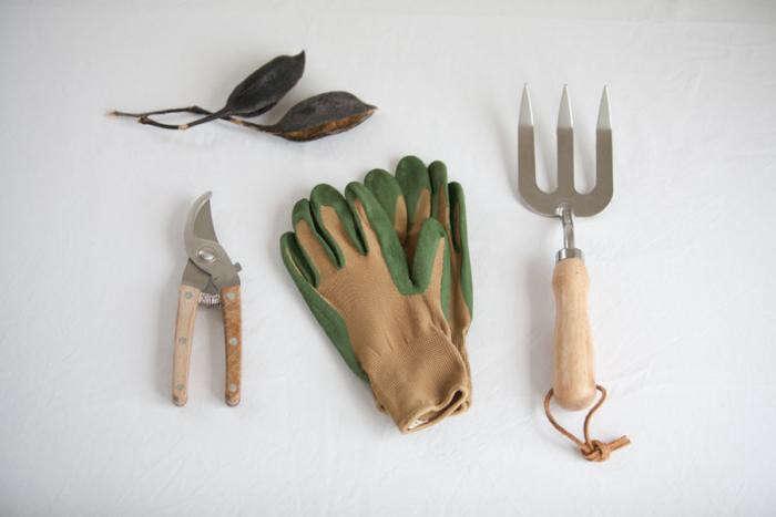 700_garden-equipment-father-rabbit