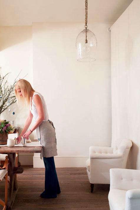 gwyneth-setting-the-table