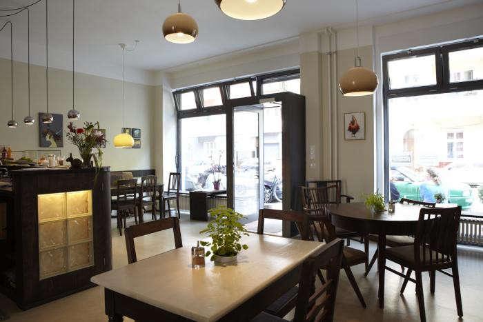 700_huettenpalast-cafe-pink-pillows