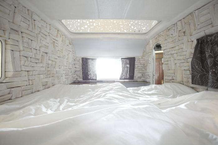 700_huettenpalast-room-interior-white-curtains