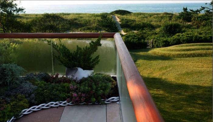 700_paula-hayes-chain-on-terrage