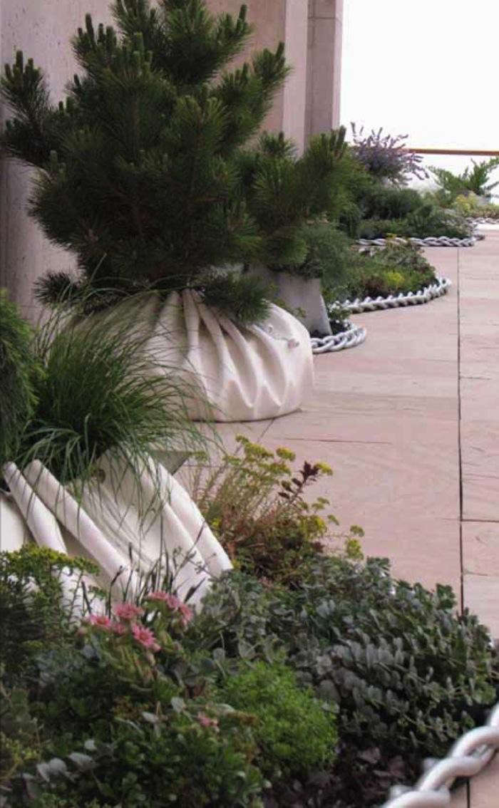700_paula-hayes-planters-and-chain-on-terrace