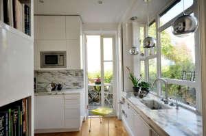 Virginia-White-Islington-home-living-with-art-arisbicato-marble-Tom-Dixon-pendants