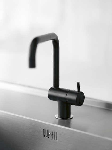 black-arne-jacobsen-faucet-indenfor