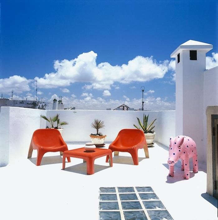 700_1dar-beida-red-chairs-upstairs