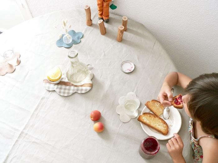 700_cocon-child-at-table