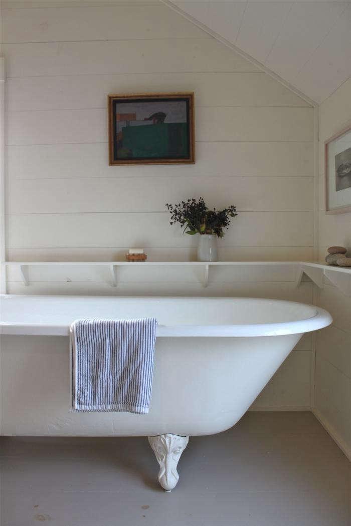 700_harbor-cottage-bathroom-berries