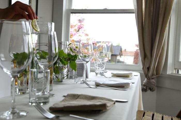700_marche-dinner-table-setting-flowering-tree-outside