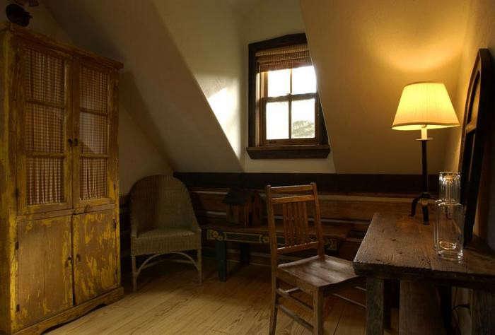 700_hot-springs-dunton-indoor-attic-room