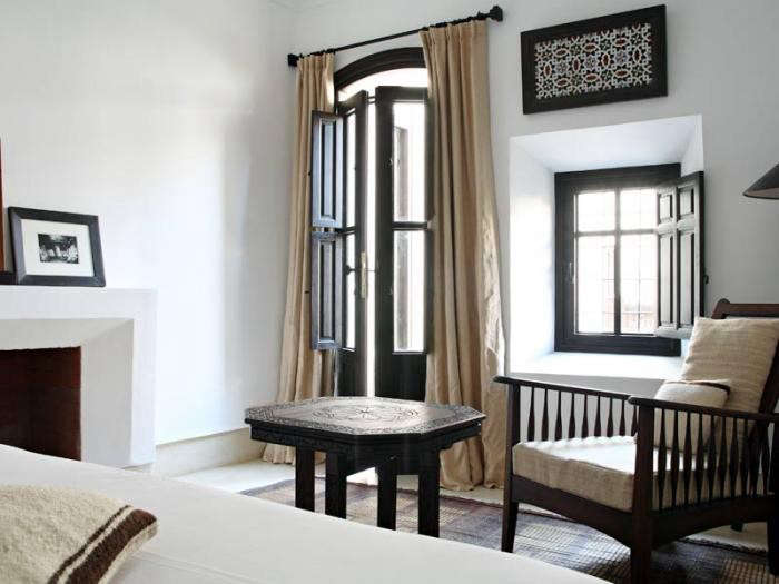 700_riad-dix-neuf-black-and-white-bedroom