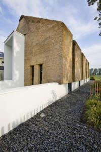 Arjen-Reas-Zoetermeer-thatched-roof-walls-lime-walls-black-gravel