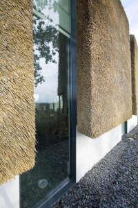 Arjen-Reas-Zoetermeer-thatched-roof-walls-lime-walls-glazed-openings