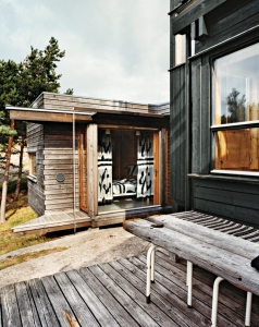 Hanko-Norway-Jürgen-Kiehl-one-sided-pitch-shed-style-black-boarding-master-bedroom-boat-like-weathered-deck