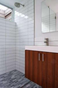 Stelle-Architects-Courtyard-House-Amagansett-bathroom-white-subway-tiles