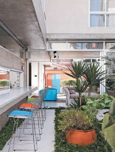 Luiz-Felipe-Andrade-reinforced-concrete-house-bar-in-outdoor-courtyard