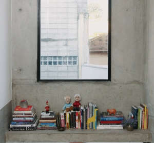 Philip-Scroback-reinforced-concrete-house-concrete-ledge-impromptu-bookshelf