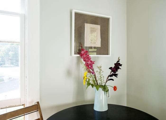 700_table-on-ten-flowers-in-vase