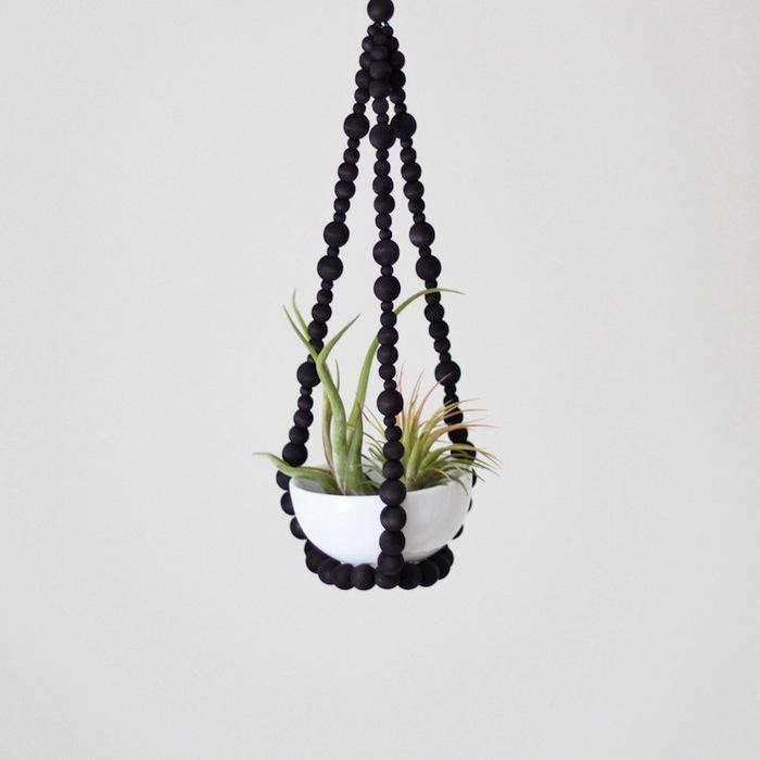 700_wooden-beads-black-hanging-plant