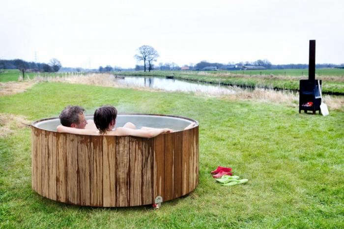 700_wooden-outdoor-tub-with-people