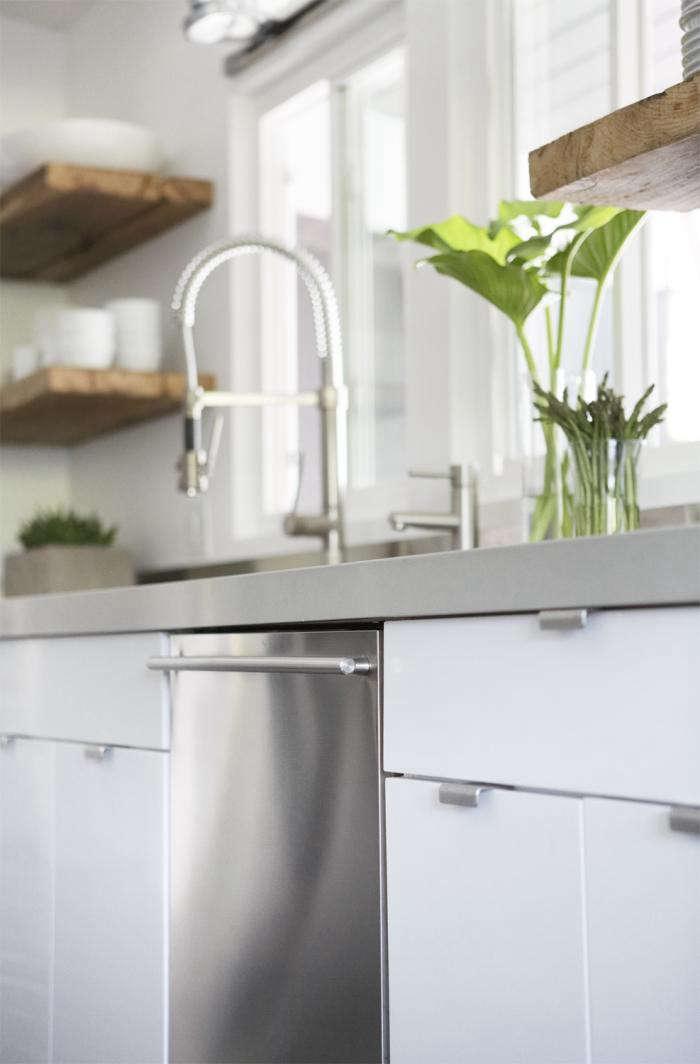 700_remodelista-lisa-collins-marin-kitchen-eichler-02