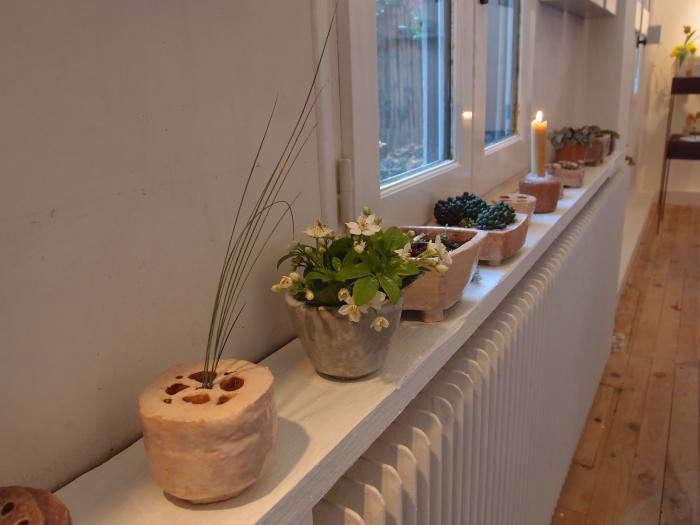 700_cecile-daladier-vases-on-studio-wall