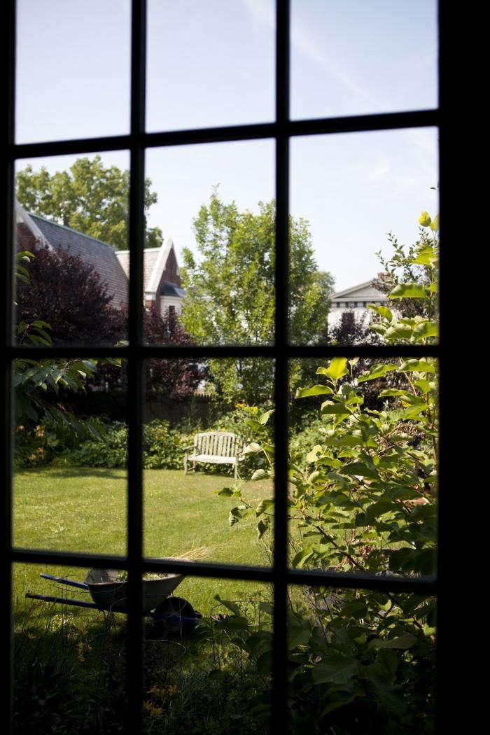 700_nicole-franzen-through-window