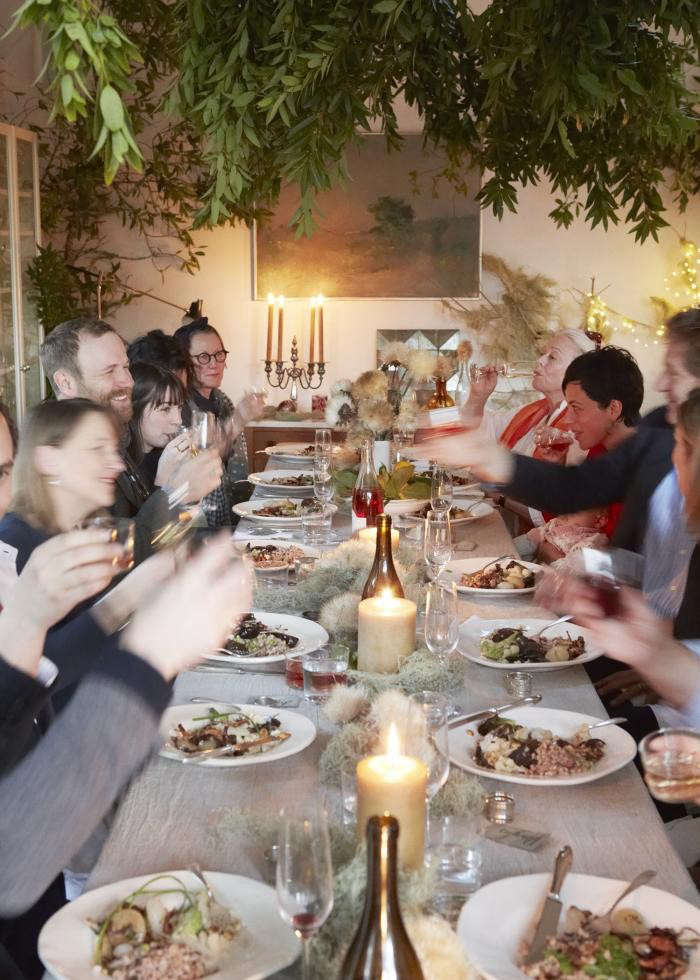 700_remodelista-dinner-guests-at-table-west-elm