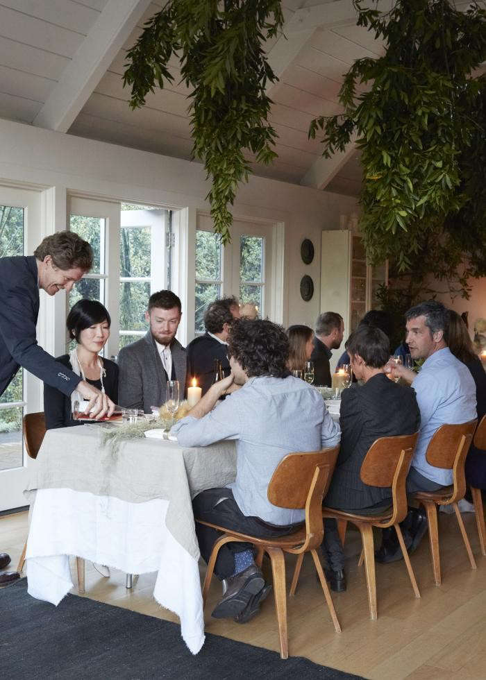 700_remodelista-dinner-pouring-champagne-west-elm