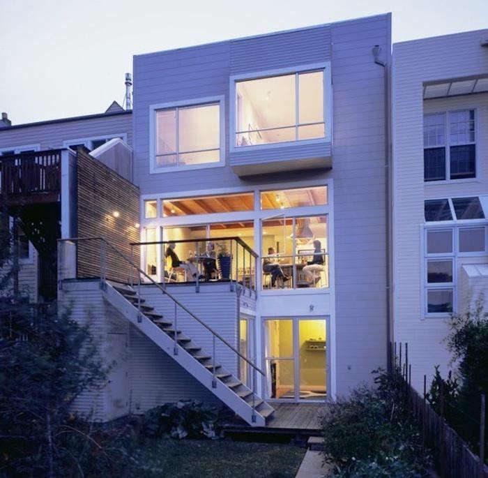 700_studio-sarah-willmer-tall-white-modern-house-at-night