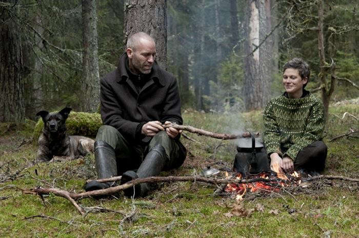 700_urnatur-cabins-in-sweden-firepit-with-chic-clothing