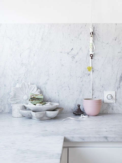 marble-backsplash-pink-bowl