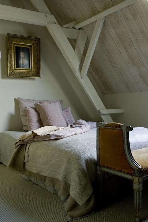 Draaijer%20bedroom%20with%20pink%20pillows