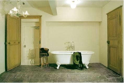 mademoiselley%20bath%20with%20glass%20chandelier