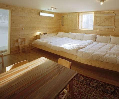 hotel-lloyd-pine-bed