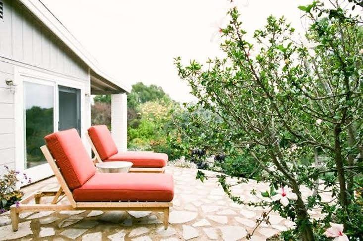 9-malibu-garden-matthew-brown-patio-chaise-longues-walkway-gardenista